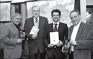 Під час презентацій нових книжок. Зліва направо: д-р Луїс Гомез, акад. Леонід Рудницький, д-р Марко Чероккі, д-р Бернард Блюменталь. 29 березня 2011 р.