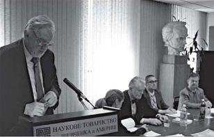 Президія річних Звітних зборів НТШ А. Виступає голова Світової ради НТШ — акад. Леонід Рудницький. 21 травня 2011 р.