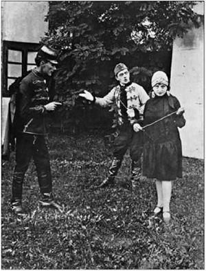 """Сцена з показаної під відкритим небом оперети """"Осінні маневри"""" І. Кальмана (1928). Справа наліво: Петро Сорока, Юрій Нікітін, Ванда Сорокова"""