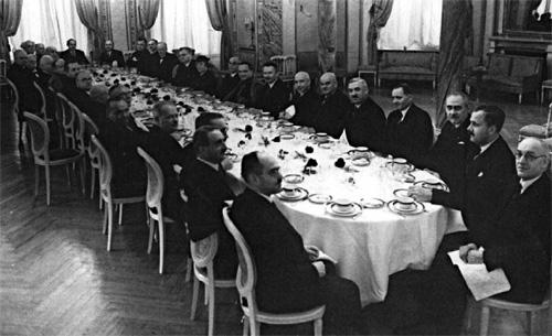 Урочисте засідання VH Міжнародного конгресу істориків у Варшаві. 1933 р. (третій справа сидить Мирон Кордуба)